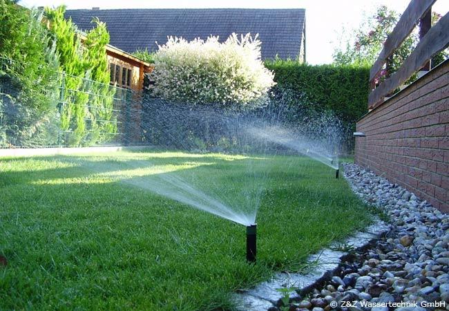 Automatische Bewässerungsystem für den Rasen