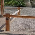 Ein Japanischer Garten im klassischen Stil mit Kies und Bambus.