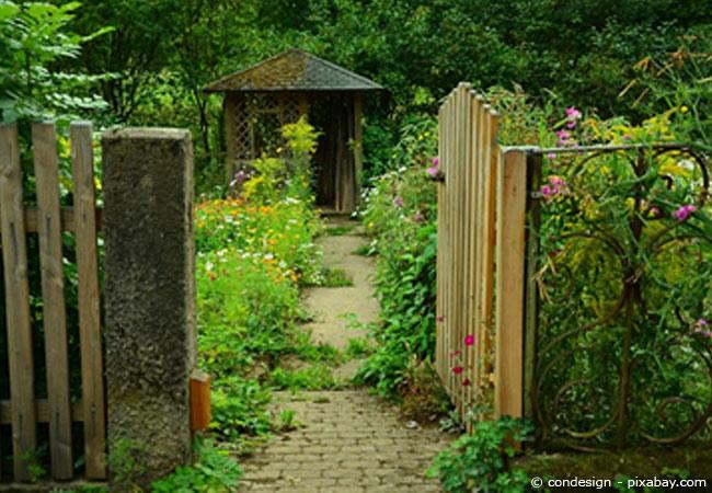 Eine Gartenlaube abbauen
