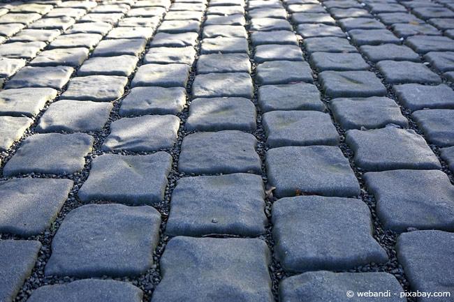 Gehweg aus Pflastersteinen