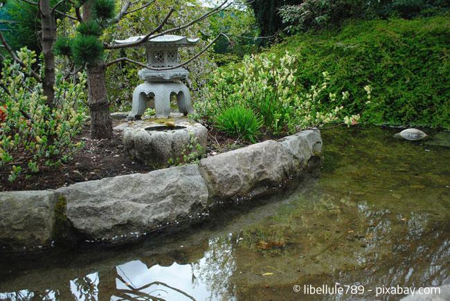 Steinelemente sind typisch für einen japanischen Garten