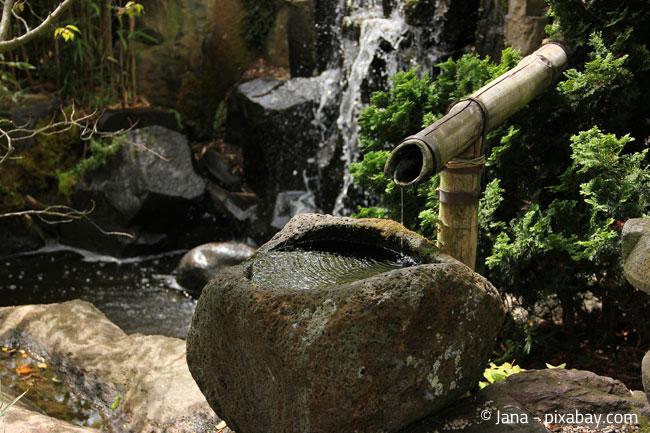 Wasserspiele sind typisch für einen japanischen Garten