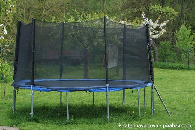 Ein Trampolin ist effektiver als Joggen, probieren Sie es in Ihrem Garten doch einmal aus!