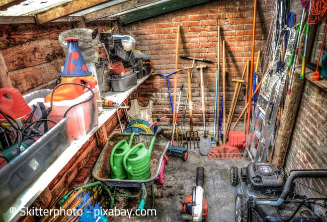 Es muss nicht gleich ein ganzer Geräteschuppen sein: Ein Grundstock an Gartenwerkzeugen ist vollkommen ausreichend