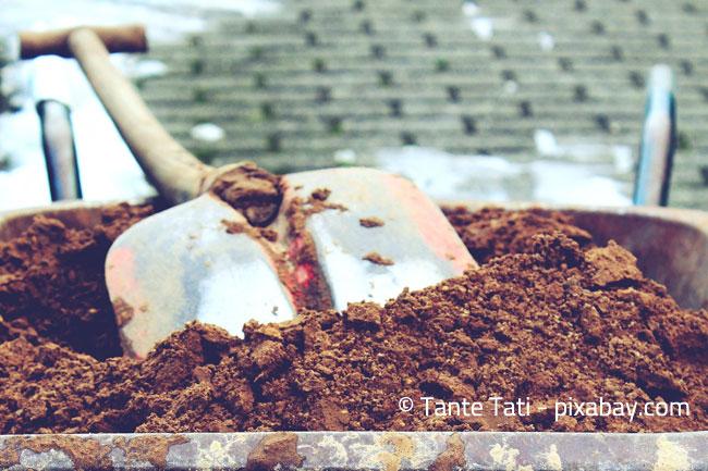 Spaten und Schubkarre sind nützliche Helfer, wenn es ans Umgraben geht