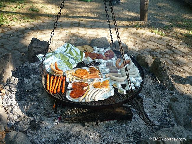 Wenn Ihnen ein Grill nicht reicht, können Sie sich auch eine hübsche Grillstelle im Garten einrichten