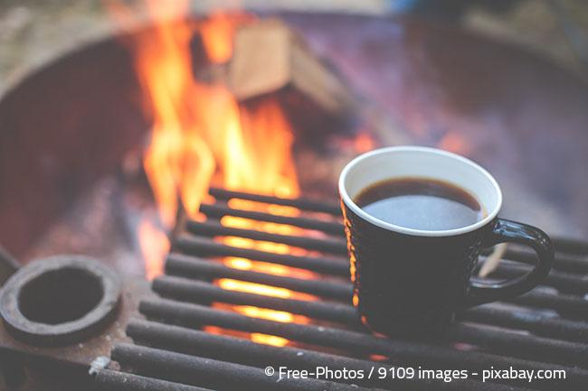 Holz ist sehr beliebt und sorgt für echte Lagerfeuerromantik