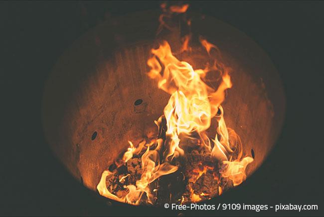 Eine Feuerstelle im Garten ist immer urig und sorgt für gemütliche Stimmung