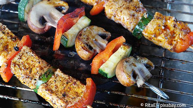 Mit dem richtigen Grillzubehör, zum Beispiel Grillspießen, gelingen auch leckere Schaschliks