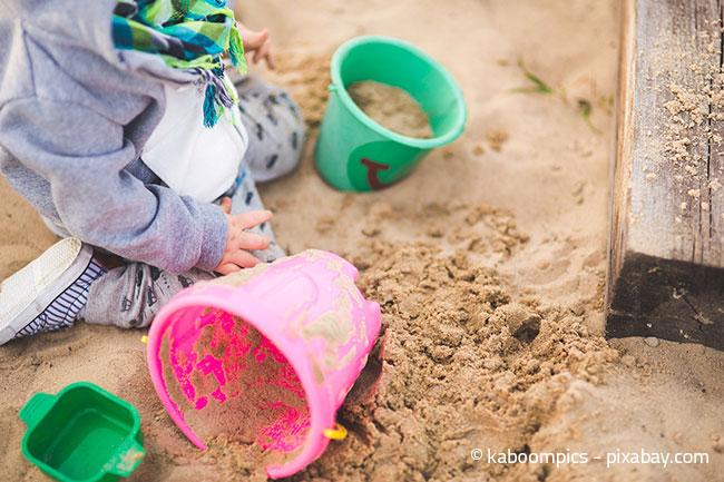 Ein Sandkasten ist praktisch ein Muss für Kinder im eigenen Garten.