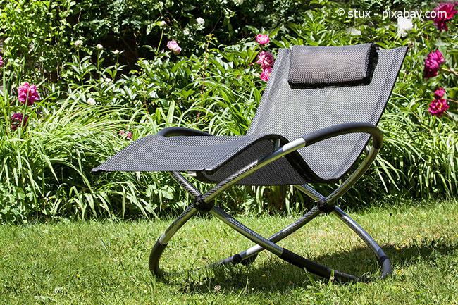 Liegestühle sind perfekt zur Entspannung im Garten zwischendurch