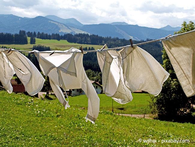 Ein leichter Sommerwind ist das perfekte Wetter, um die Wäsche im Freien zu trocknen