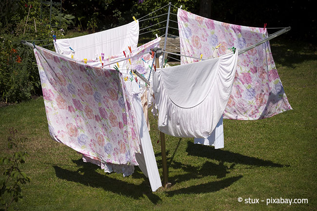 Die Wäschespinne im Garten - Ein guter Helfer zum Wäschetrocknen im Sommer