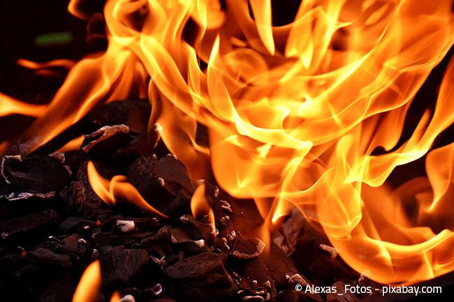 Verkrustete Fettrückstände brennen Sie am besten kontrolliert ab