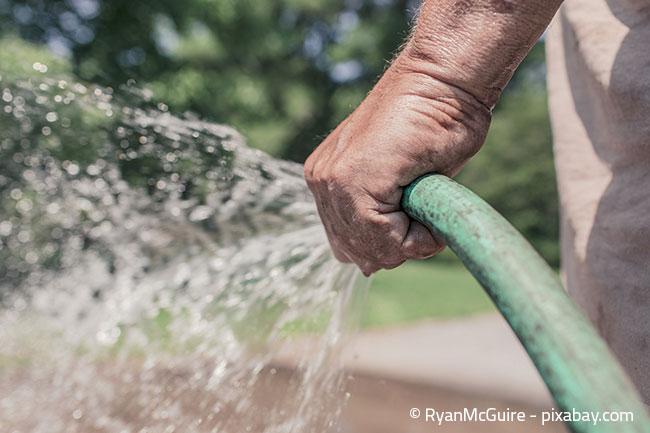 Auch mit einem Gartenschlauch kann das Gießen eines großen Gartens schnell mühsam werden