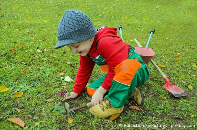 Seien Sie nicht zu streng zu Ihren Kindern, wenn nach dem Spielen im Garten auch einmal ein paar Sachen liegenbleiben.