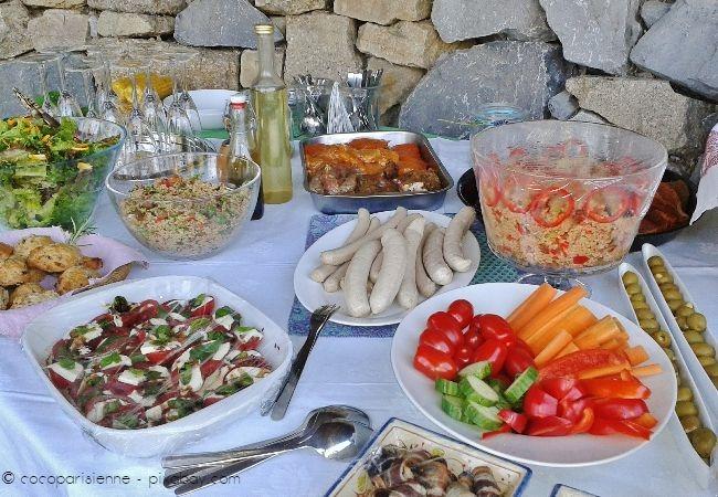 Zu einem gelungenen Grillbuffet gehören nicht nur entsprechendes Grillgut, sondern auch Getränke und Beilagen wie Salate
