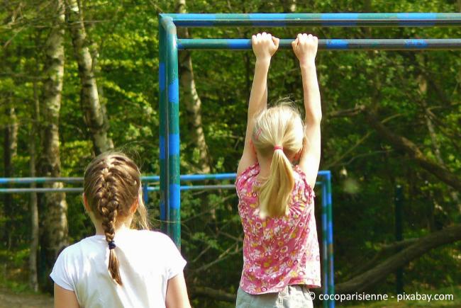 Klettertürme und Klettergerüste sind wichtig für Kinder, denn so werden Bewegungen und Balance geschult