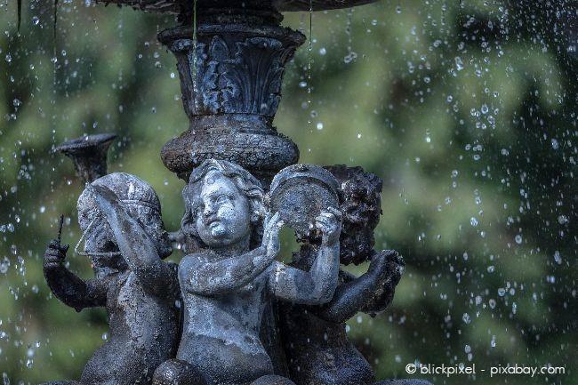Ein Springbrunnen ist in einem Cottage Garten ein besonderes Highlight
