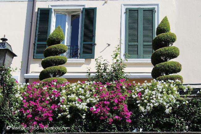 Farbenfrohe Geländer und Vorgärten wirken extrem einladend