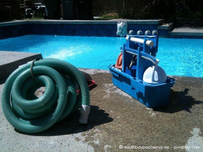 Regelmäßige Poolreinigung ist wichtig, damit das Wasser möglichst lange klar bleibt.