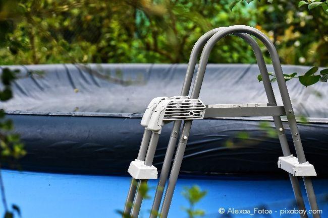 Achten Sie darauf, dass die Stufen Ihrer Poolleiter rutschfest sind, um Unfälle zu vermeiden.