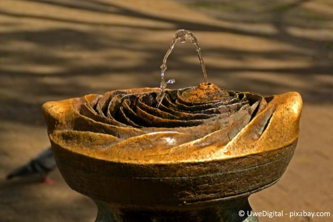 Ein Brunnen sorgt für Natürlichkeit in Ihrem Garten.