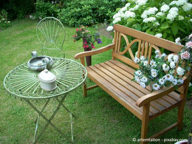 Eine Gartenbank lädt zum Entspannen und Verweilen ein.