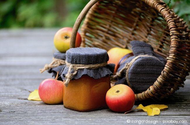 Verarbeiten Sie das Obst möglichst bevor es zum Baum fällt, zum Beispiel zu leckerer Marmelade.