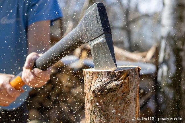 So am besten nicht: Holz ohne Handschuhe zu spalten ist nicht zu empfehlen.