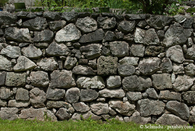 Durch die Zwischenräume einer Mauer kann der Wind unangenehm durchpfeifen.