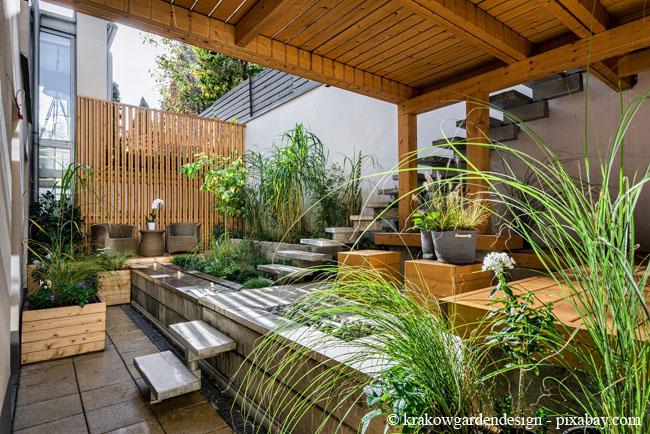 Holz ist ein beliebter Werkstoff, wenn es um die Überdachung von Terrassen geht.