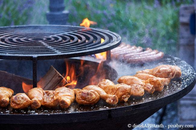 Auch mit einer Feuerschale lässt es sich mit passender Feuerplatte bestens grillen.