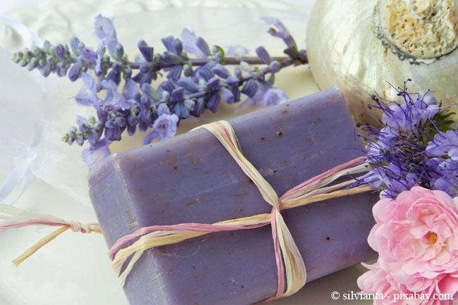 Lavendel ist bereits seit jeher ein beliebter Badezusatz und wird auch gern für Seifen verwendet.